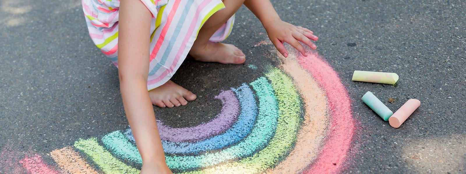 Kinder brauchen nicht viel Material oder Raum, um sich zu beschäftigen.