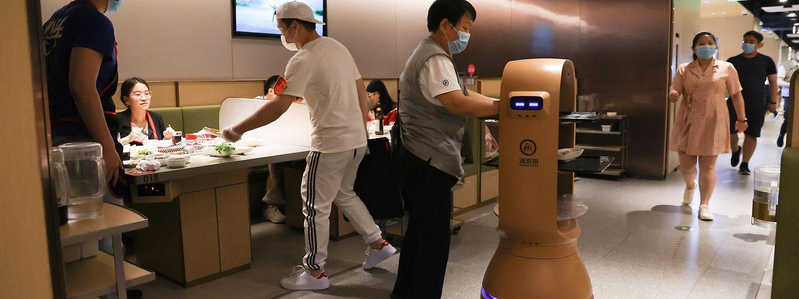 Kleine Roboter helfen bei der Essensausgabe und der Geschirrrücknahme.