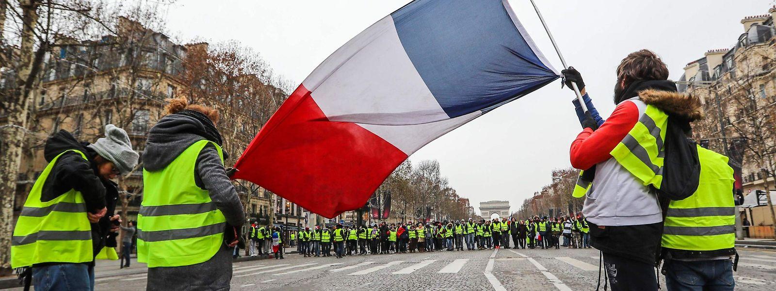 Après des scènes de guérilla urbaine et de saccages qui avaient fait le tour du monde, la France avait de nouveau été placée sous haute sécurité, avec 69.000 membres des forces de l'ordre déployées, dont 8.000 à Paris, appuyés par des véhicules blindés à roues de la gendarmerie.