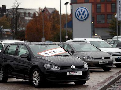 Véhicules garés sur le site d'un concessionnaire Volkswagen à Londres, en novembre 2015