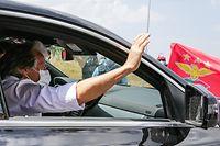 O futuro treinador do Benfica, Jorge Jesus, cumprimenta adeptos à sua chegada ao aérodromo de Tires em Cascais, 21 de julho de 2020. TIAGO PETINGA/LUSA