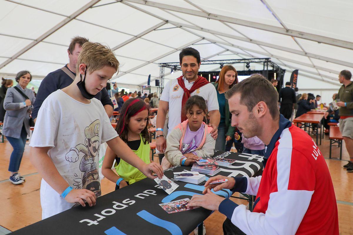 Olympia-Star Charel Grethen gab Fans am Nachmittag fleissig Autogramme.