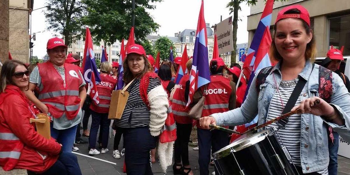 Tambour, crécelle et sifflets ont retenti durant six longues minutes dans la rue Sainte-Zithe juste avant midi.