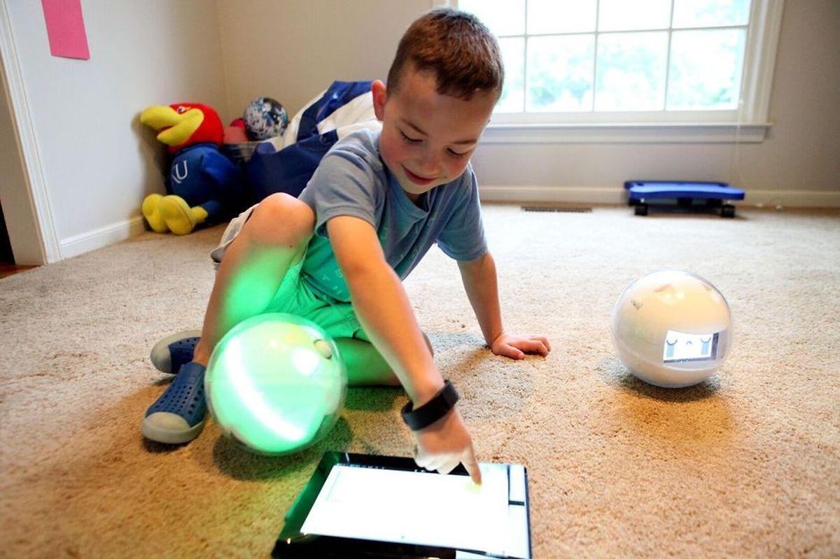 Leka, le petit robot bulle français permet aux enfants de travailler la sensorialité avec des vibrations apaisantes et des jeux de lumière tout en favorisant les interactions sociales et l'assimilation des compétences.