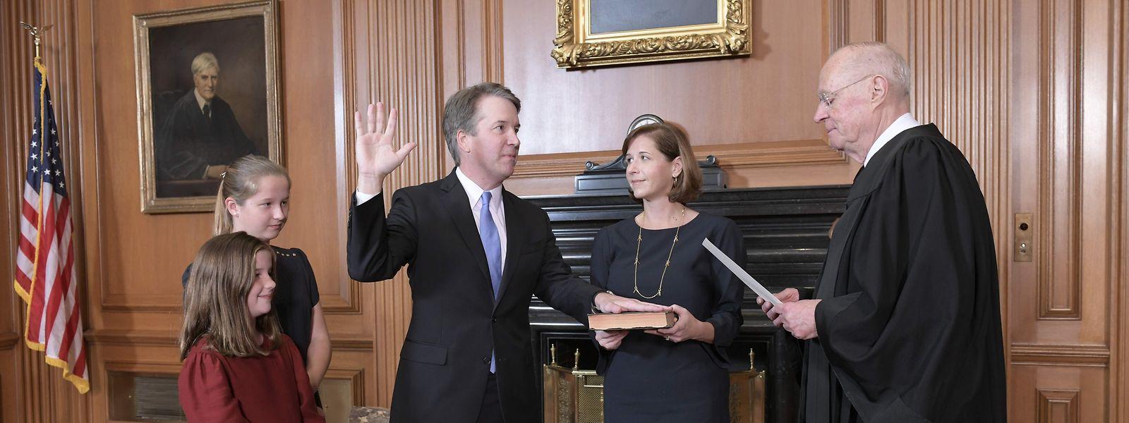 Am Ziel: Brett Kavanaugh leistet gegenüber seinem Vorgänger Richter Anthony Kennedy (r.) den Amtseid. Seine Frau Ashley Kavanaugh hält die Bibel.