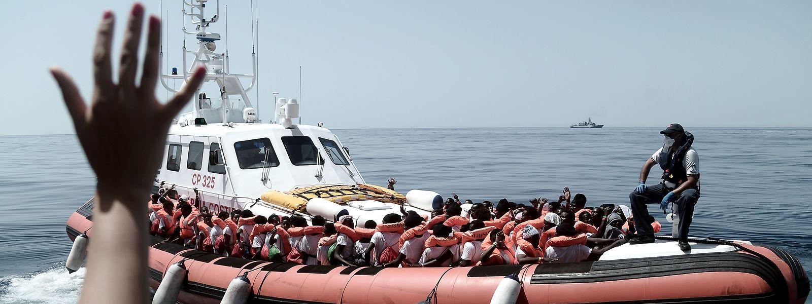 Des migrants transférés de l'Aquarius vers un bateau de délestage.