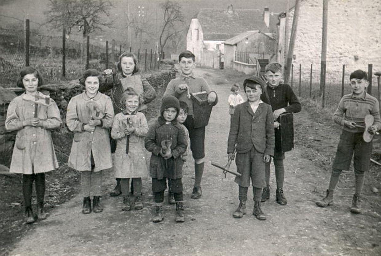 """Kurz vor dem Zweiten Weltkrieg: Kinder beim ,,Klibbere goen"""" in Klein-Elcheroth (Gemeinde Ell)."""
