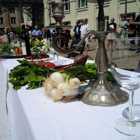 Manifestantes encenaram uma festa pela condenação dos denunciantes, com um banquete para as multinacionais
