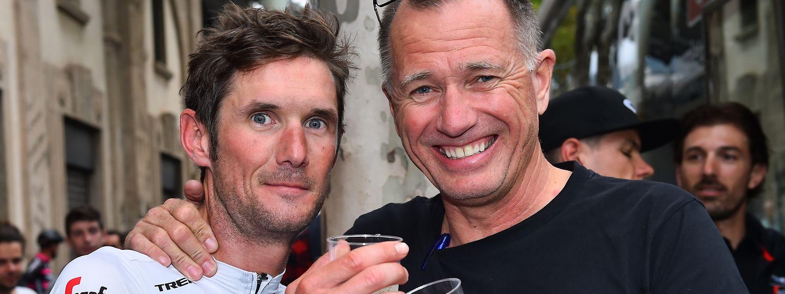Fränk Schleck prostet mit seinem langjährigen Freund und sportlichem Leiter Kim Andersen.