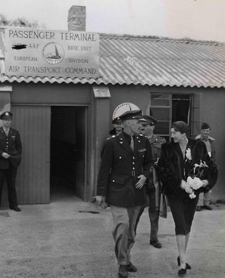Großherzogin Charlotte, gefolgt von Prinz Félix, wird auf dem Londoner Militärflugplatz Northolt von Lieutenant Colonel John Bruce Logie zum Flugzeug begleitet, das sie nach Luxemburg fliegt.
