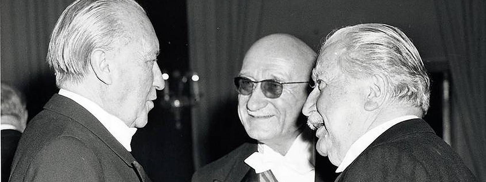 Robert Schuman (Mitte) im Gespräch mit dem deutschen Kanzler Konrad Adenauer (li.) und dem Luxemburger Staatsmann Joseph Bech.