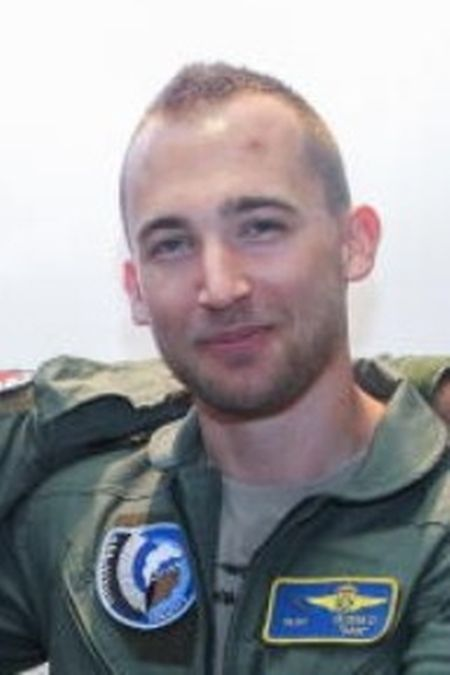 Daniel Olsem sitzt im Cockpit der C-130, die die Hauptstadt überfliegen wird.