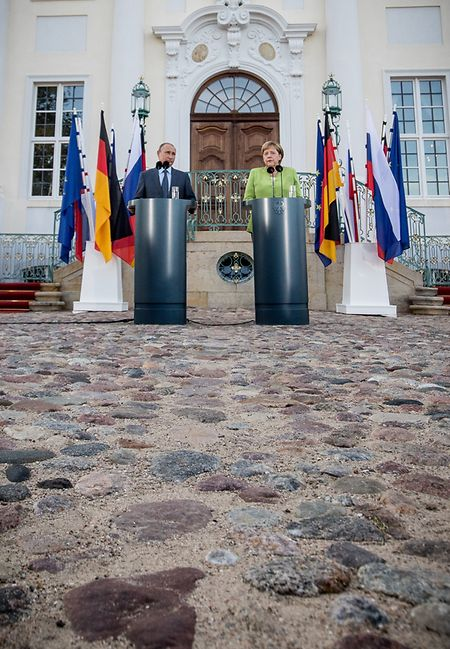 Bundeskanzlerin Angela Merkel neben Präsident Wladimir Putin bei der gemeinsamen Pressekonferenz vor Schloss Meseberg.