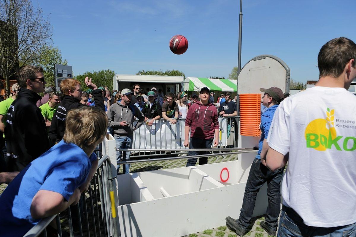 """Beim """"Dekanatsspiel"""" ging es darum, den Basketball erst zu versenken, um ihn alsdann mittels Eisenstangen geschickt in das richtige Feld zu bugsieren. / Foto: Claude SCHOMER"""