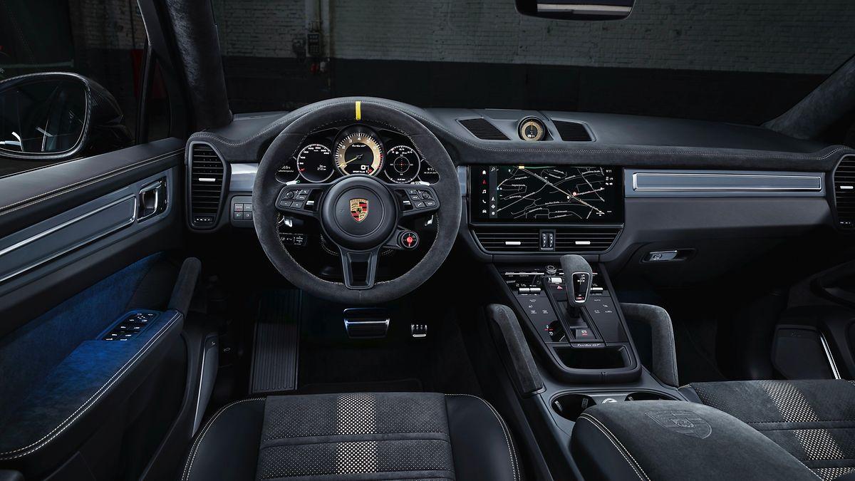 Ein wenig Luxus muss auch beim Sportwagen sein: Das übersichtliche Cockpit lenkt nicht von den schicken Alcantara-Sitzen ab.