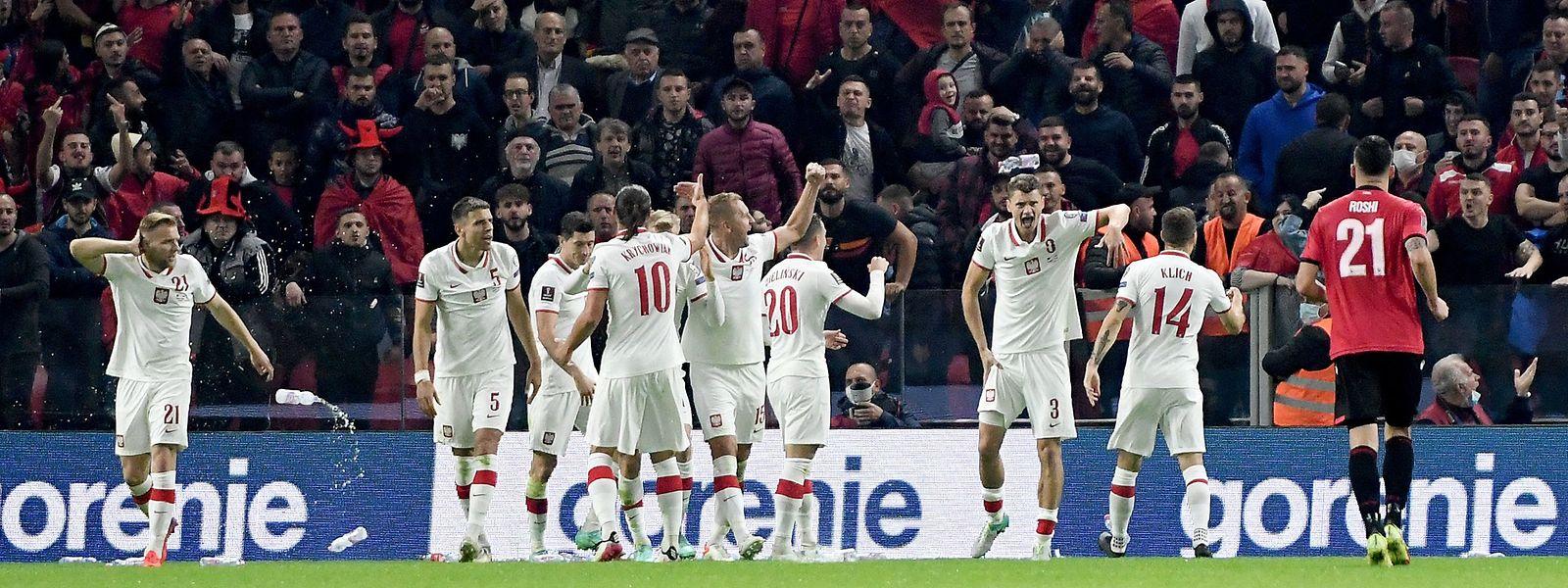 Als Polen mit 1:0 in Führung geht, werden die Spieler mit Plastikflaschen beworfen.