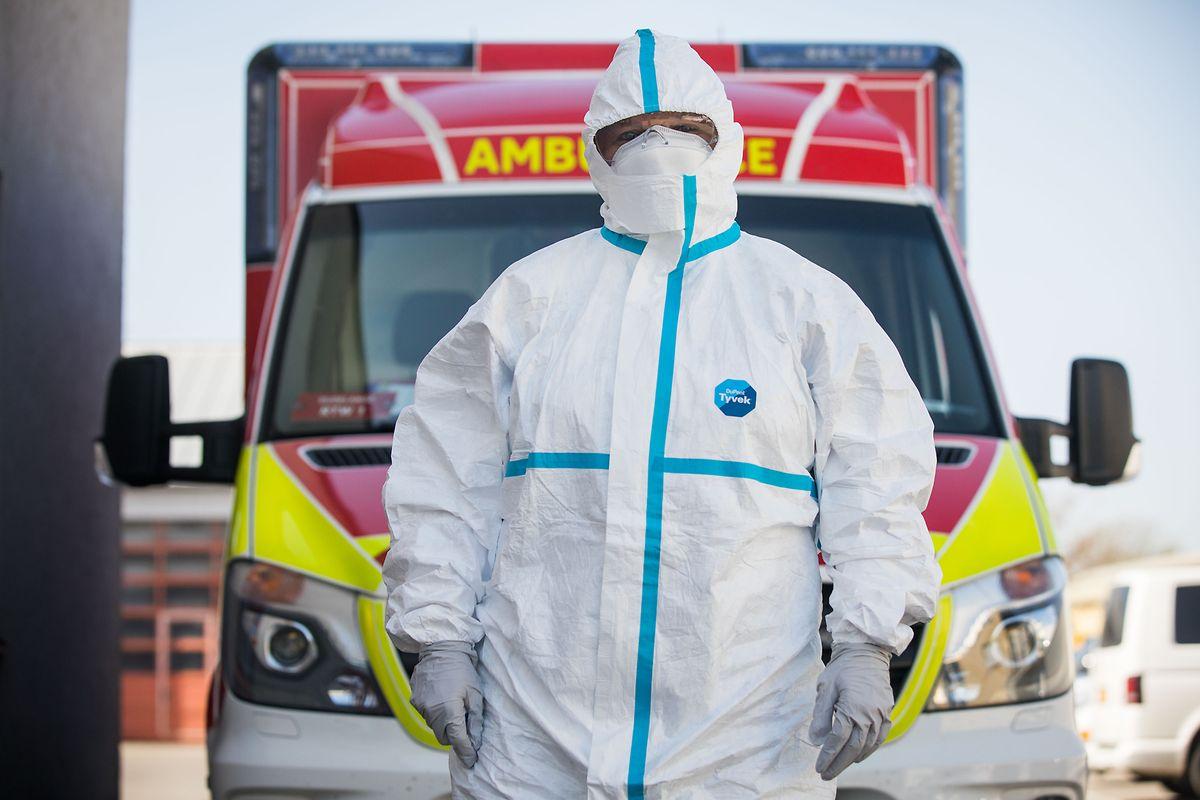 Bon exemple de l'utilisation du Tyvek : cette tenue portée par une ambulancière du CGDIS.