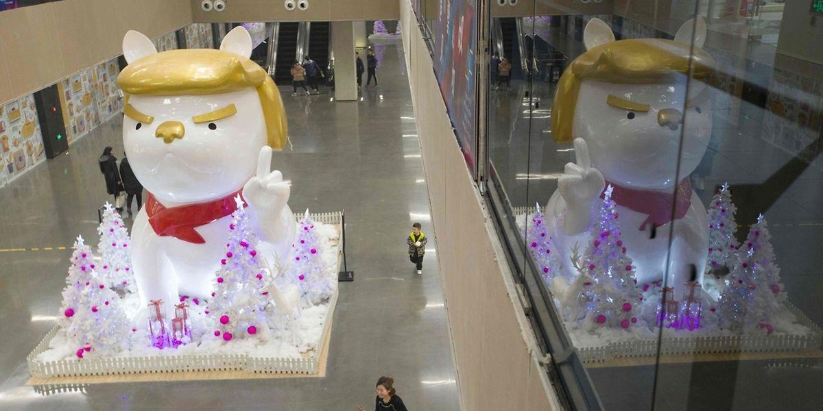 La statue d'un chien a été érigée dans un centre commercial en Chine avec une caractéristique capillaire semblable à celle du président américain.