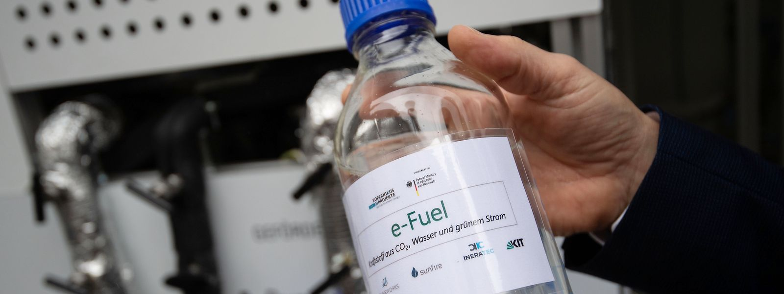 Der E-Fuel wird aus Luft und Ökostrom hergestellt.