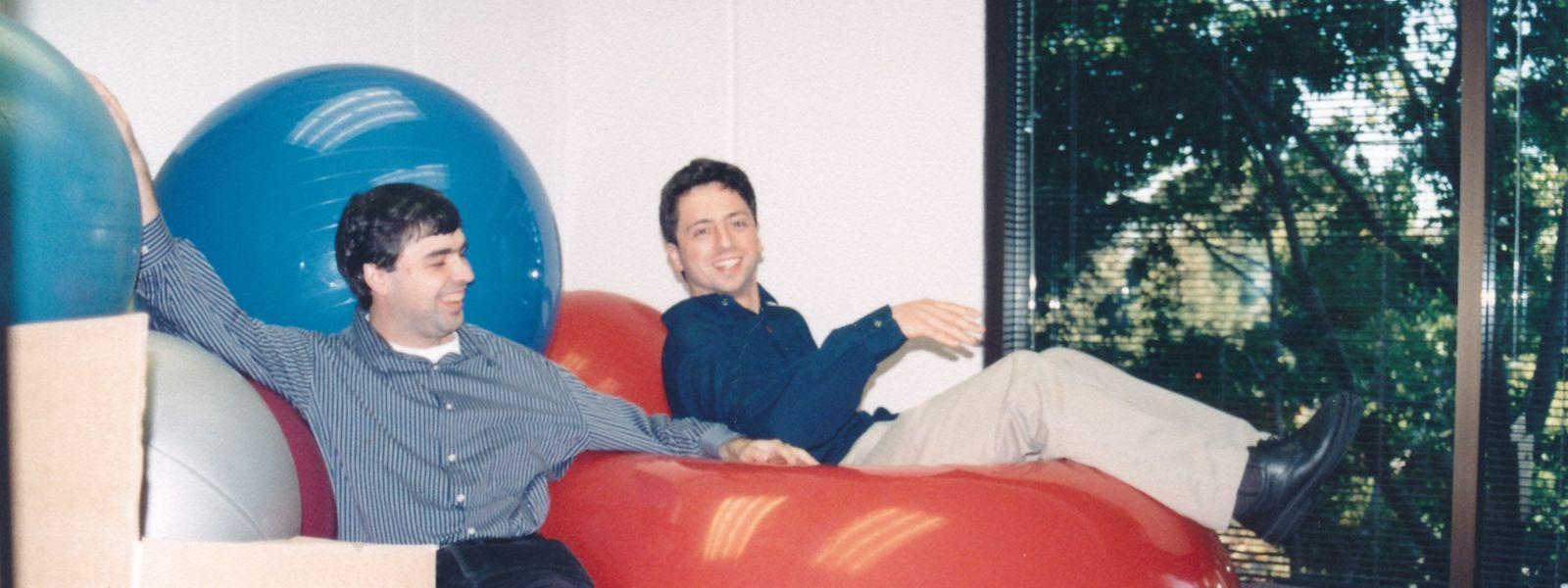 Die Google-Gründer Sergey Brin (r) und Larry Page nach einer Party in der Anfangszeit von Google.