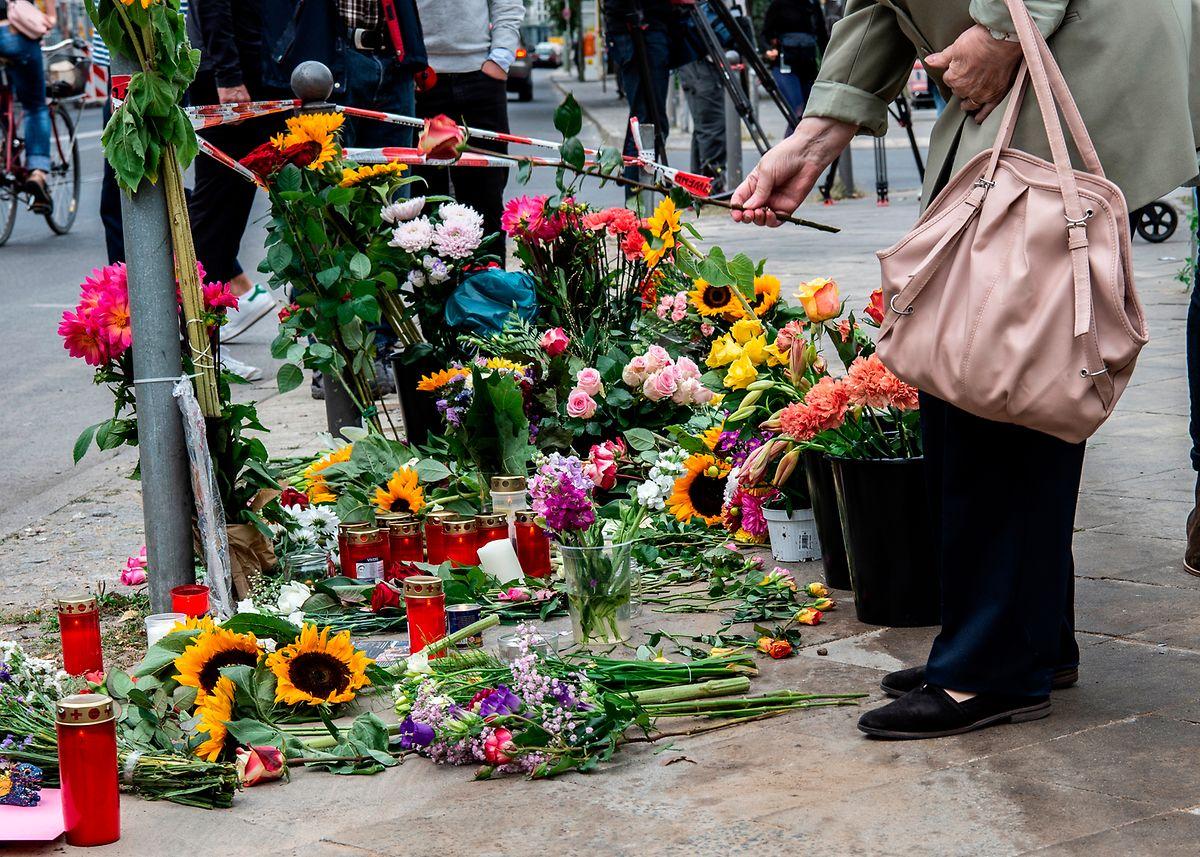 Eine Frau legt Blumen an der Unfallstelle an der Ecke Invalidenstraße/Ackerstraße in Berlin-Mitte ab.