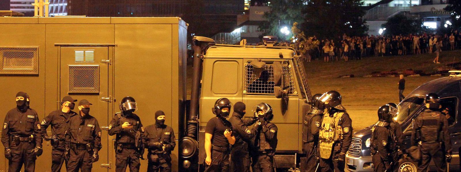 Demonstranten und Polizisten lieferten sich in der Hauptstadt Minsk und an anderen Orten teils blutige Gefechte.