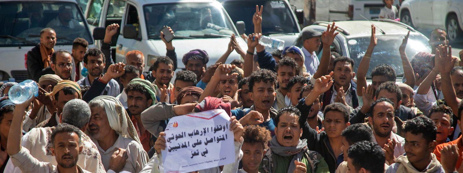 In Taez, der drittgrößten Stadt des Jemen, demonstrieren Gegner der Huthi-Rebellen Ende Januar gegen die Entscheidung der neuen US-Regierung, die Sanktionen gegen die Huthis zurückzunehmen.
