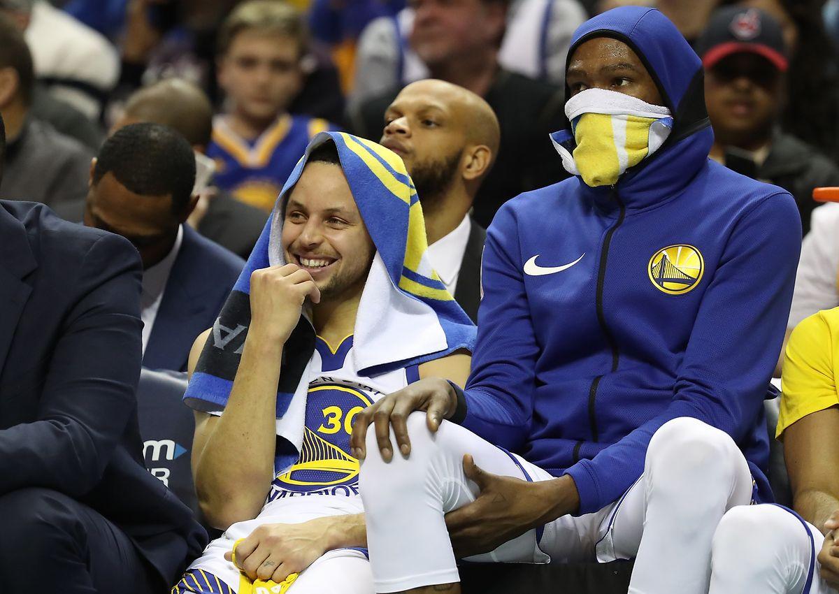 Le Golden State de Stephen Curry (à g.) et Kevin Durant reste leader malgré une défaite face à Orlando