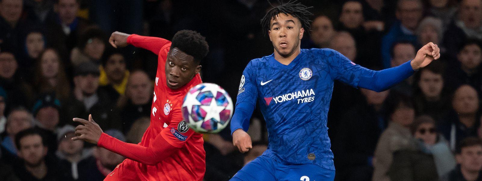 Das Rückspiel zwischen dem FC Bayern um Alphonso Davies (l.) gegen Reece James und Chelsea findet in München statt.