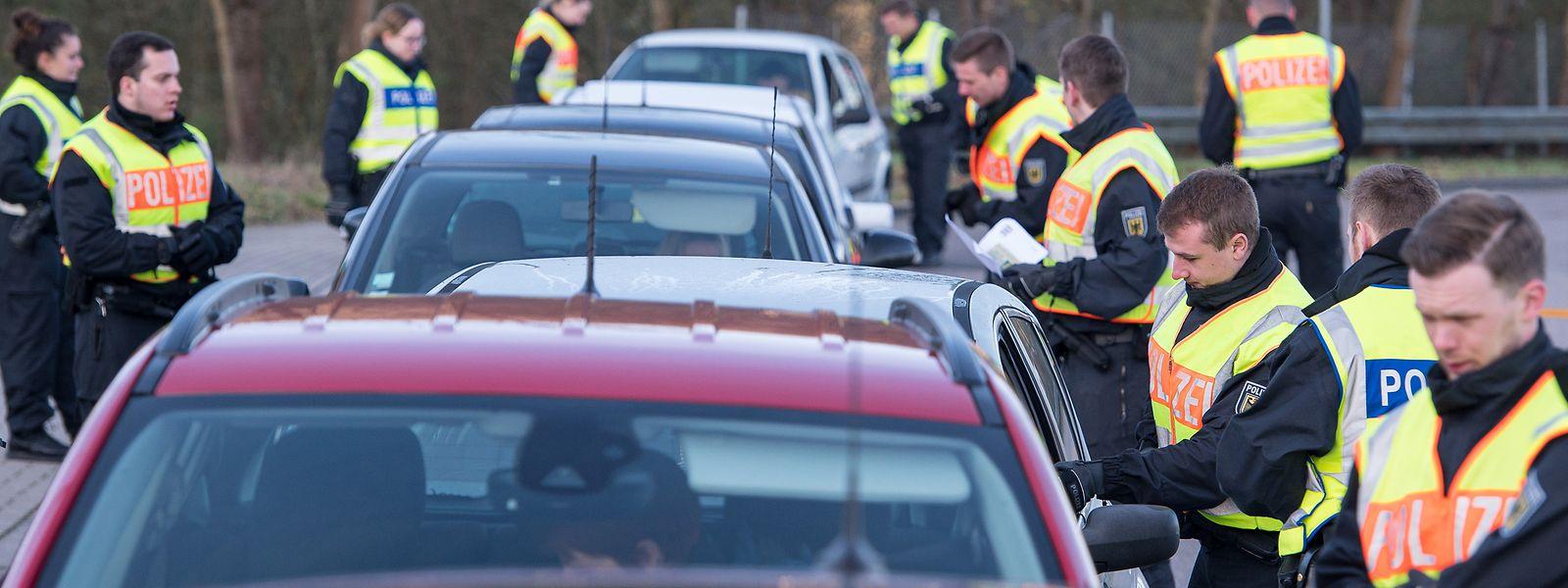 Beamte der Bundespolizei kontrollieren Autofahrer.