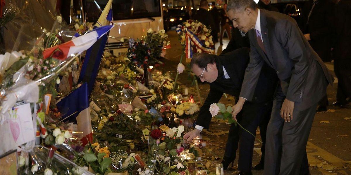 Obama und Hollande reihen sich in die vielen Trauernden ein, die vor dem Terrorschauplatz Blumen niedergelegt haben.