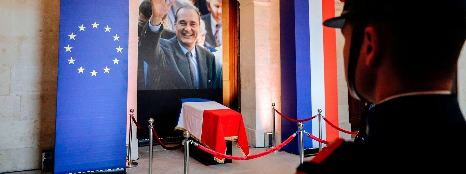 Der Sarg des früheren französischen Präsidenten Jacques Chirac liegt in der Kathedrale Saint-Louis-des-Invalides aufgebahrt.