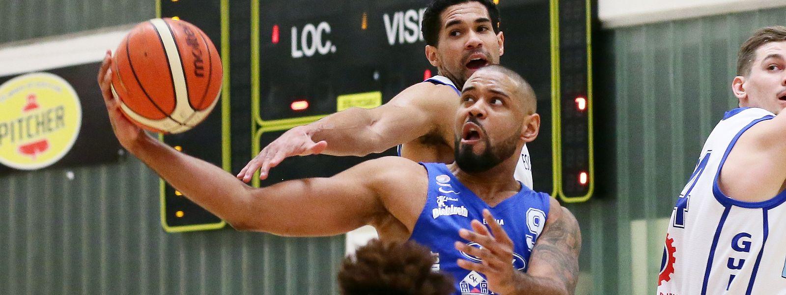 Jairo Delgado (Etzella) behauptet den Ball gegen Jordan Hicks (Basket Esch).