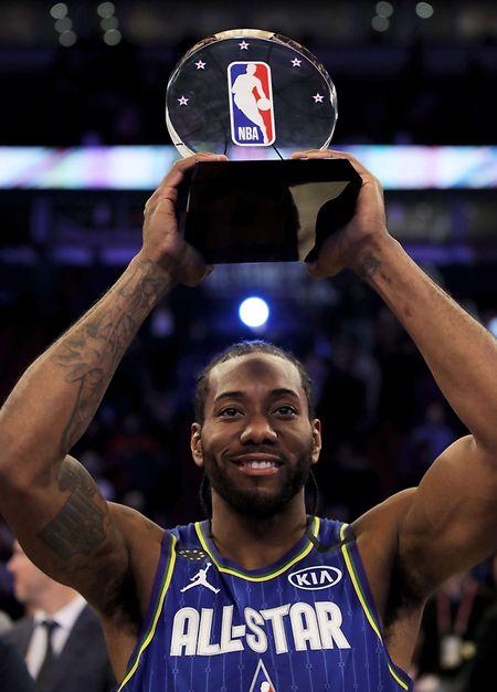 Kawhi Leonard, du Team LeBron soulève le trophée de Kobe Bryant MVP lors du 69e All-Star Day à Chicago