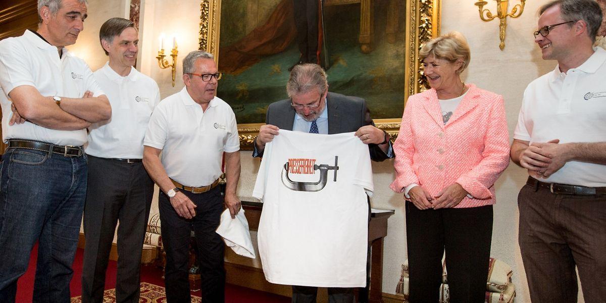 Mit der Forderung den Informationszugang zu verbessern, schenkten die Journalistenverbände Mars Di Bartolomeo und Simone Beissel ein symbolisches T-Shirt.