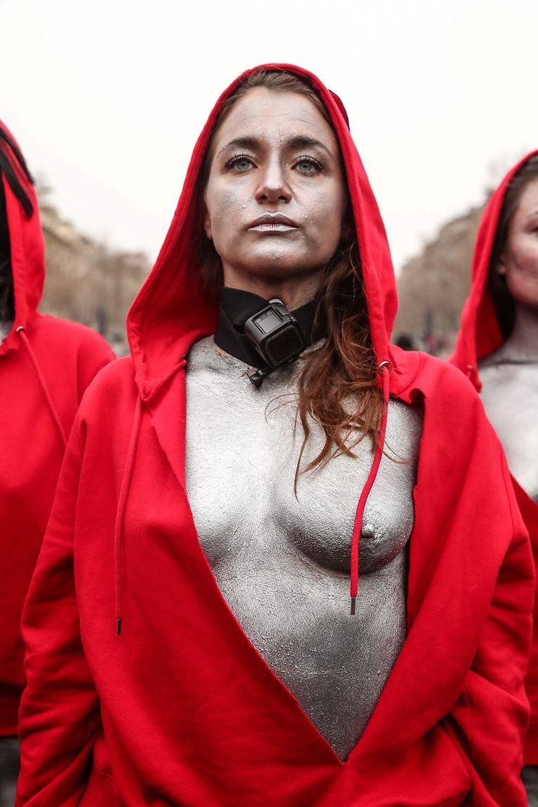 """Déborah de Robertis a imaginé une nouvelle performance pour soutenir le mouvement des gilets jaunes en mettant en scène le tableau de Delacroix """"La Liberté guidant le peuple""""."""