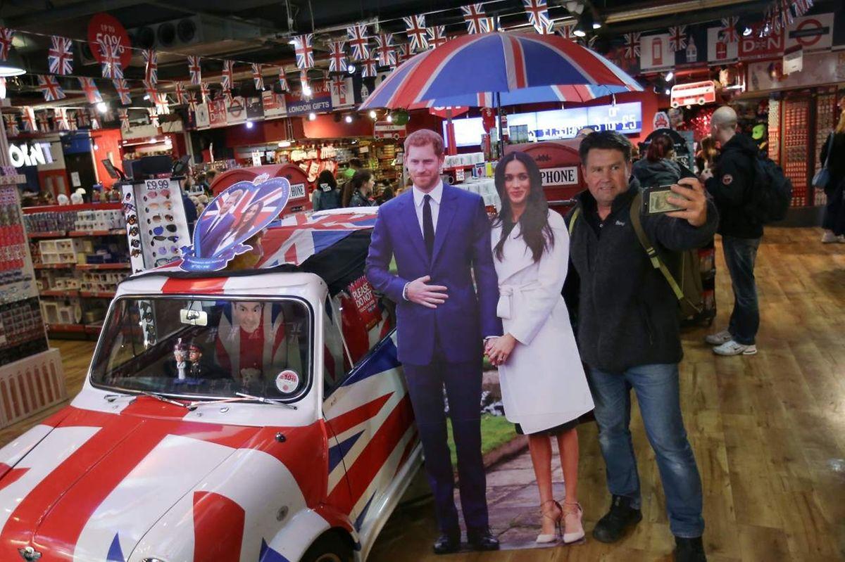 Am Picadilly Circus können sich die Besucher mit dem Prinzen und seiner Braut ablichten lassen.