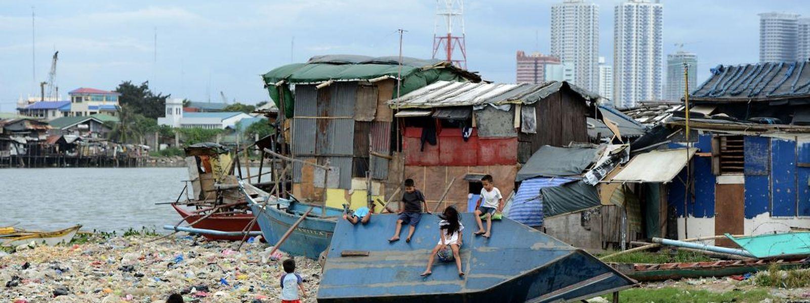 Die Behörden richteten ihr Augenmerk am Sonntag auf die Millionenmetropole Manila. Dort sollen die ersten Ausläufer in der Nacht zu Montag zu spüren sein.