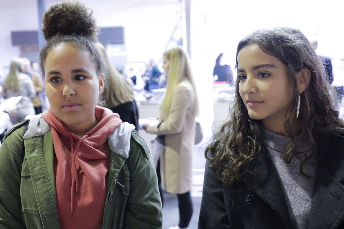 Die 17-jährige Lina Monuna (l.) und die ebenfalls 17-jährige Nur Haidas sind beide mit Fragen zum Studium an der Uni.lu auf die Foire de l'étudiant gekommen.