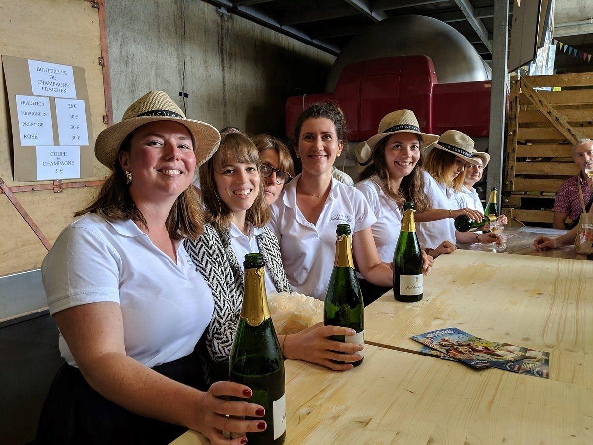 Sur la route du champagne en fête: Le passeport à 25 € pour lever au minimum 17 flûtes.