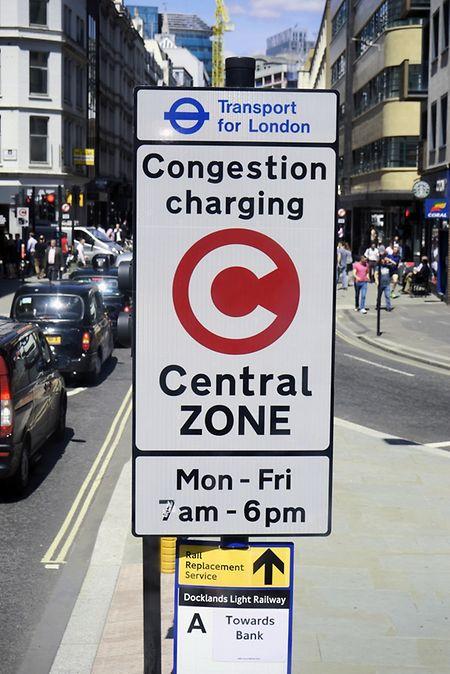 Un panneau à l'entrée de la zone de péage urbain de Londres