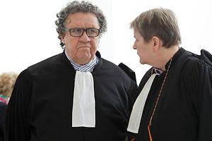 Me Gaston Vogel (l.) beteuert die Unschuld der beiden Angeklagten. Seiner Darstellung nach steckt das Stay-Behind-Netzwerk hinter der Anschlagsserie aus den Jahren 1984 und1985.