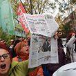In Ankara demonstrierten Menschen gegen die Festnahme des Chefredakteurs.