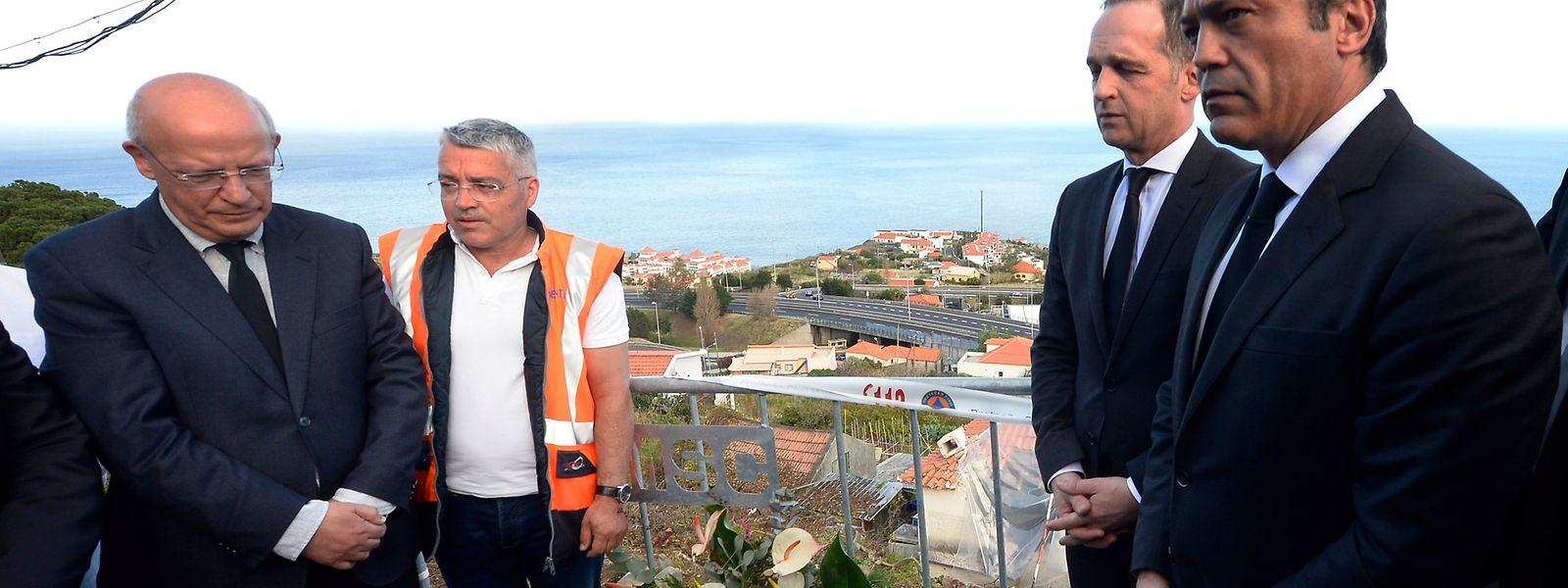 Der deutsche Außenminister Heiko Maas (2.v.r.) und sein portugiesischer Amtskollege Augusto Santos Silva (3.v.r.) legen an der Unglücksstelle Blumen nieder.