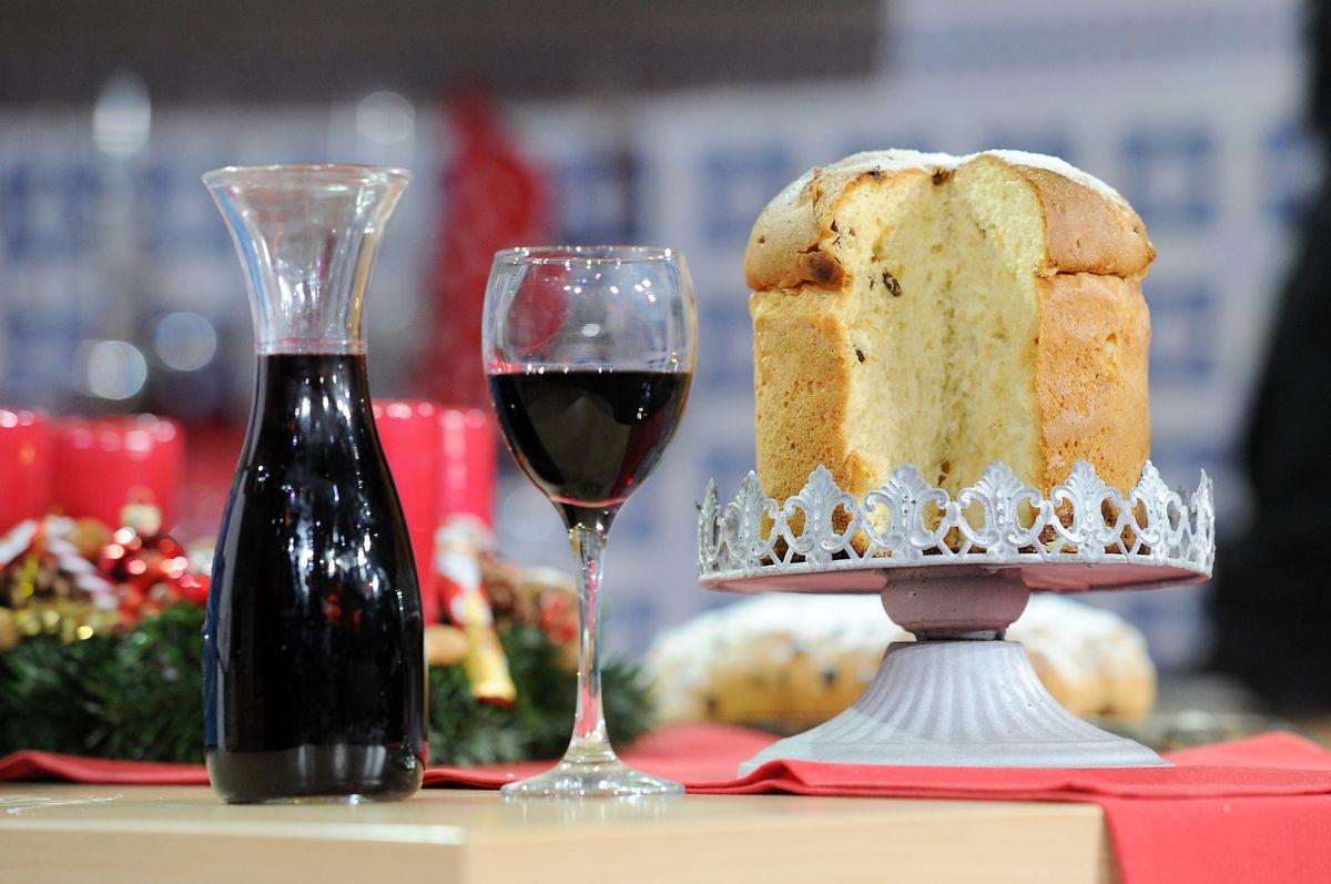 Der Panettone, der nicht nur in Europa, sondern auch in Südamerika als Weihnachtskuchen beliebt ist, wird traditionell in Papiermanschetten gebacken. Dadurch erhält er seine runde Form.