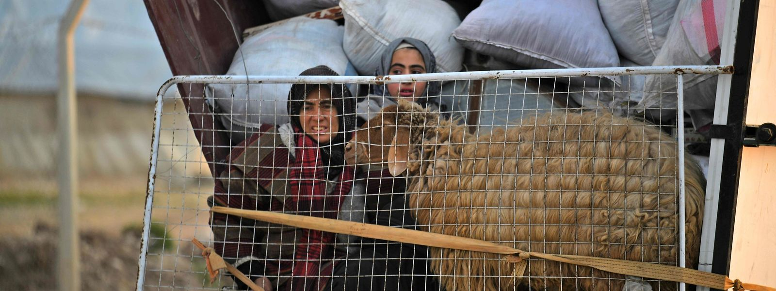 Des civils fuient Idlib pour se rendre dans un camp de réfugiés près de la frontière syro-turque.