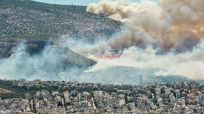 Rauch und Flammen über dem Stadtgebiet von Athen.
