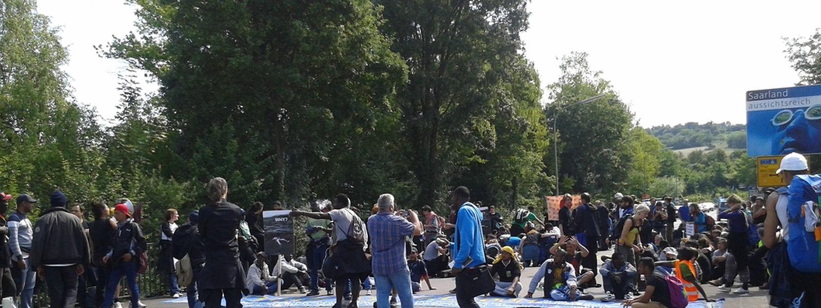 Friedensdemonstration In Schengen: Europa Denkmal Mit Stacheldraht Umwickelt