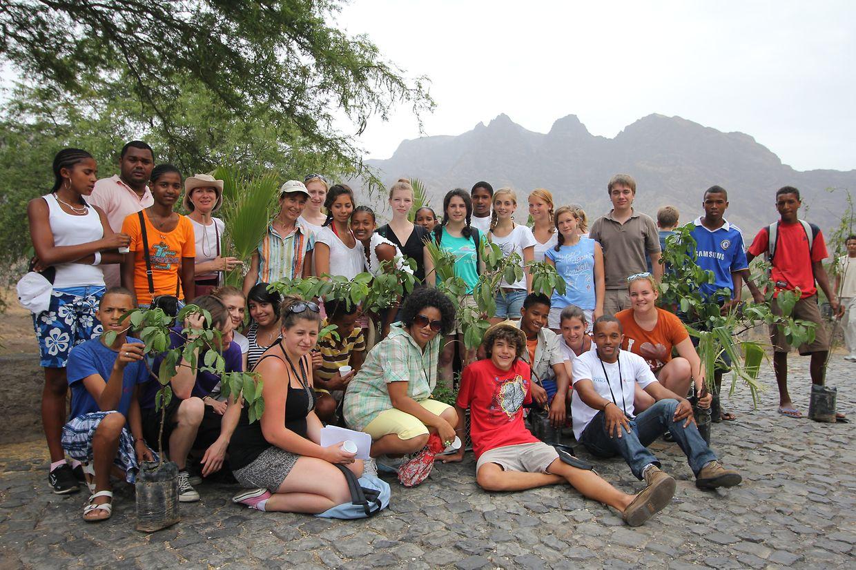 """Auslöser für die Hilfsprojekte """"Cap Vert"""" und """"Cap Vert II"""" ist diese erste Schülerreise des Lycée Athénée auf die kapverdische Insel Santo Antão. Dort, in der Ortschaft Ribeira das Patas, haben die jungen Luxemburger zusammen mit den Schülern des Lycée António Silva Pinto Bäume gepflanzt."""