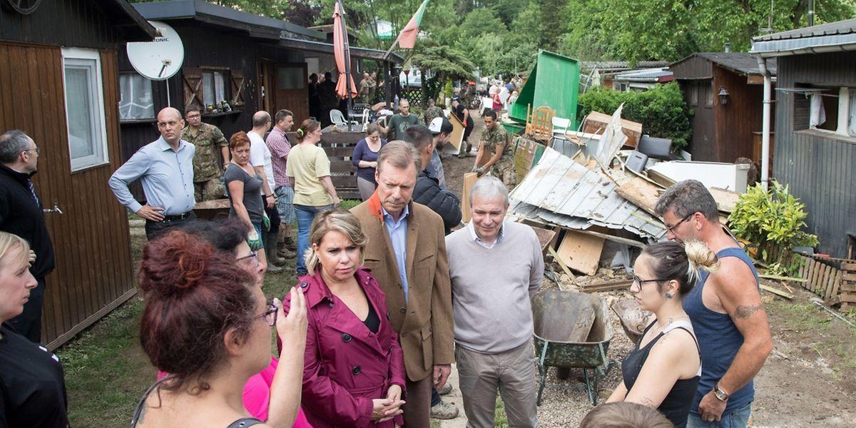 Das großherzogliche Paar nahm sich viel Zeit, um mit den Opfern und den Helfern zu sprechen.